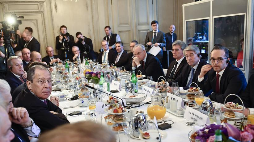 INF-Vertrag: Russlands Außenminister Sergeij Lawrow (l.), Außenminister Heiko Mass und ihre Delegationen beim gemeinsamen Frühstück in München