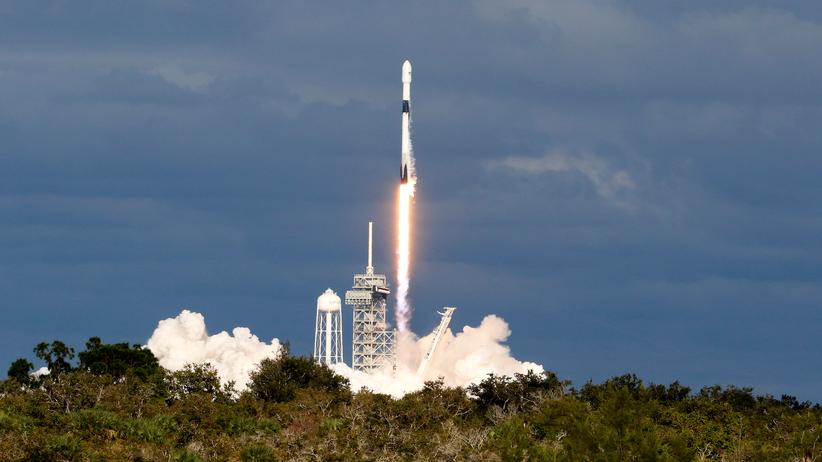Space Force: Eine SpaceX Falcon 9 Rakete startet mit einem Kommunikationssatelliten.
