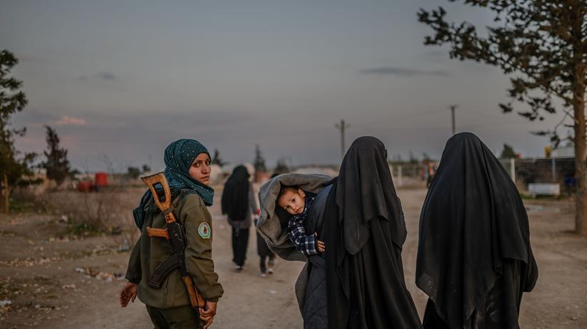 Syrien: Einst sollen sie mit IS-Kämpfern verheiratet gewesen sein oder der Extremistenmiliz selbst angehört haben. Nun werden sie in einem Lager der Syrischen Demokratischen Kräfte (SDF) in Syrien gefangen gehalten.