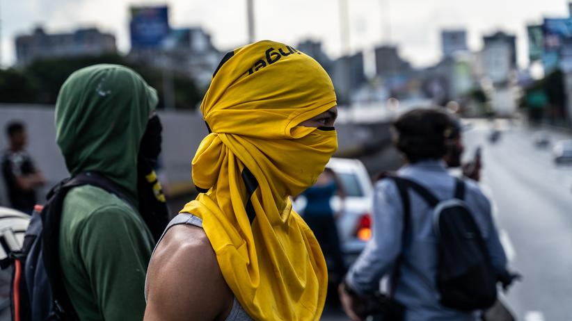 Venezuela: Anhänger der Opposition gegen Venezuelas Staatschef Nicolás Maduro auf den Straßen Caracas: Am Wochendende protestierten Zehntausende für Neuwahlen, aber auch Anhänger Maduros.