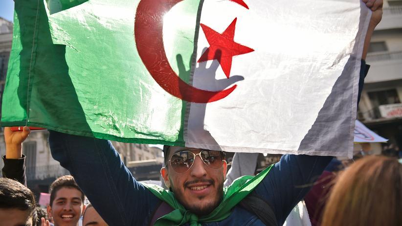 Abdelaziz Bouteflika: Am Tag nach Präsident Bouteflikas Rückzug demonstrieren Studenten erneut in der Hauptstadt Algier.