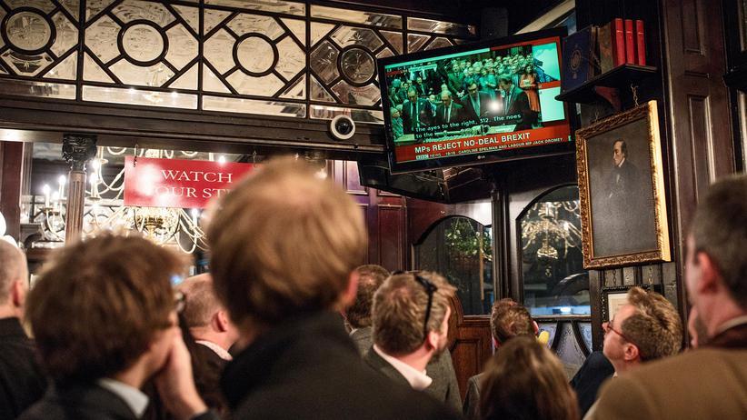 Abstimmung im Unterhaus: Brexit-Theater, nächster Akt: Kneipenbesucher verfolgen in einer Londoner Bar die Debatte im Unterhaus.