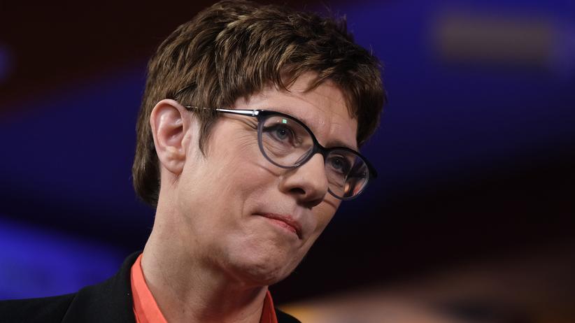 Europäische Volkspartei: Kramp-Karrenbauer will EVP-Mitgliedschaft von Fidesz aussetzen