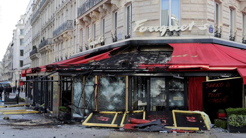 Frankreich: Ein Restaurant auf den Champs-Élysées in Paris