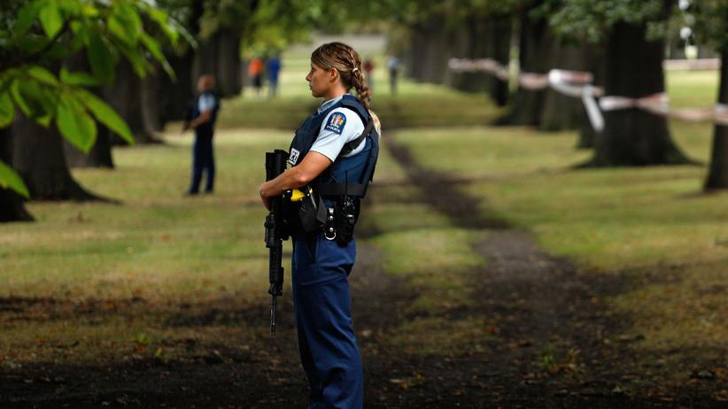 Angriff auf Moscheen: Eine Polizistin riegelt den Tatort in Christchurch ab.