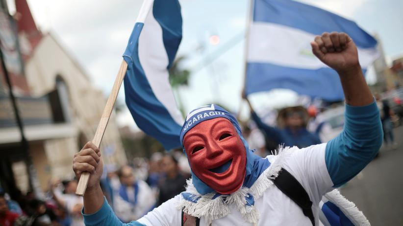 Nicaragua: Ein Regierungsgegner demonstriert im Exil in Costa Rica gegen Präsident Daniel Ortega.