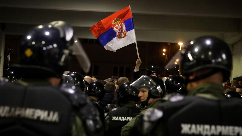 Belgrad: Serbische Regierungskritiker stürmen Staatssender