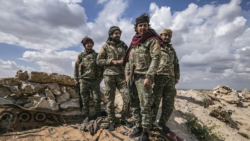 Extremismus: Kämpfer der Syrischen Demokratischen Kräfte (SDF) in einem Camp in Baghus