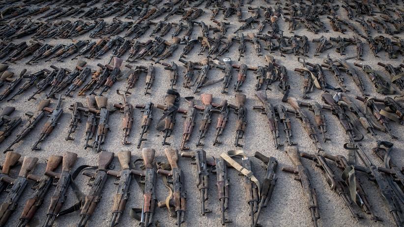 Syrien: IS-Waffen, die von den Syrischen Demokratischen Kräften beschlagnahmt wurden.