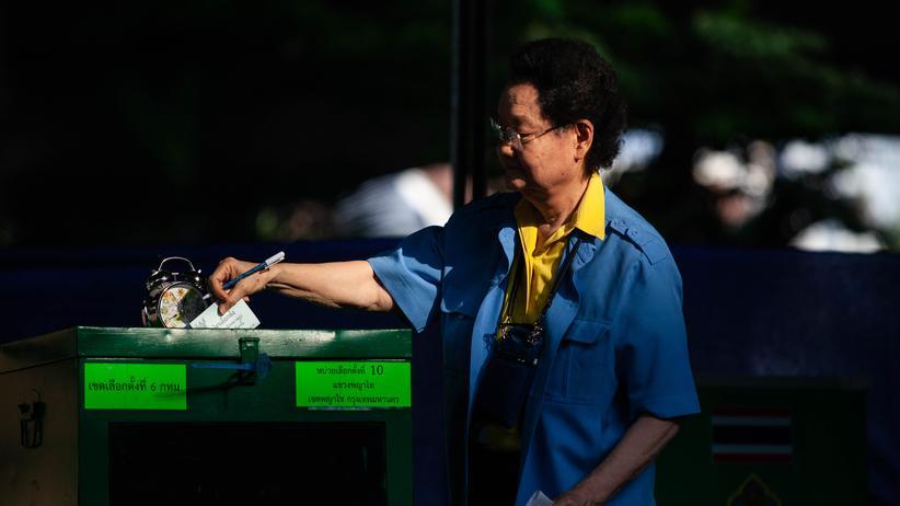 Thailand: Eine Frau gibt ihren Stimmzettel in einem Wahllokal in Thailands Hauptstadt Bangkok ab.
