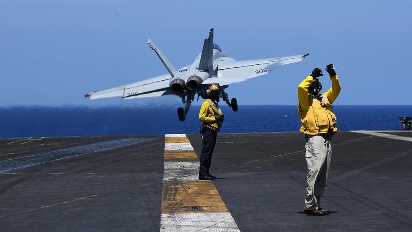 """Haushaltsentwurf: Ein Kampfflugzeug auf dem US-Flugzeugträger """"Theodore Roosevelt"""""""