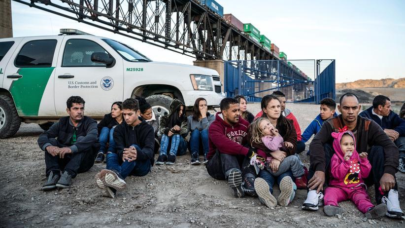 Abschiebungen: Migranten in Sunland Park, New Mexico, die im März von Grenzbeamten festgesetzt wurden.
