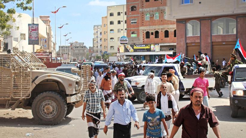 Jemen: Jemeniten auf dem Weg zu einer Beerdigung in Aden. Mindestens 5.000 Flüchtlinge und Migranten sind in wenigen Tagen in der Hafenstadt inhaftiert worden.
