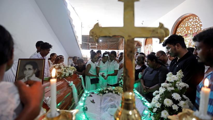 Anschläge in Sri Lanka: Eine sri-lankische Familie trauert am Sarg eines Kleinkindes, das während der Anschläge getötet wurde.