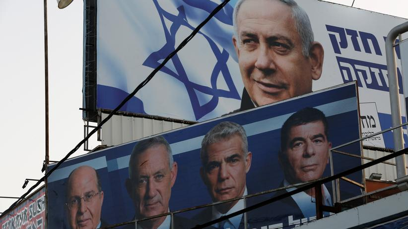 Westjordanland: Unter einem Wahlplakat von Benjamin Netanjahus Likud-Partei ist ein Plakat der Blau-Weißen Liste mit den Kandidaten Mosche Jaalon, Benny Gantz, Jair Lapid and Gabi Aschkenasi (von links nach rechts) zu sehen.
