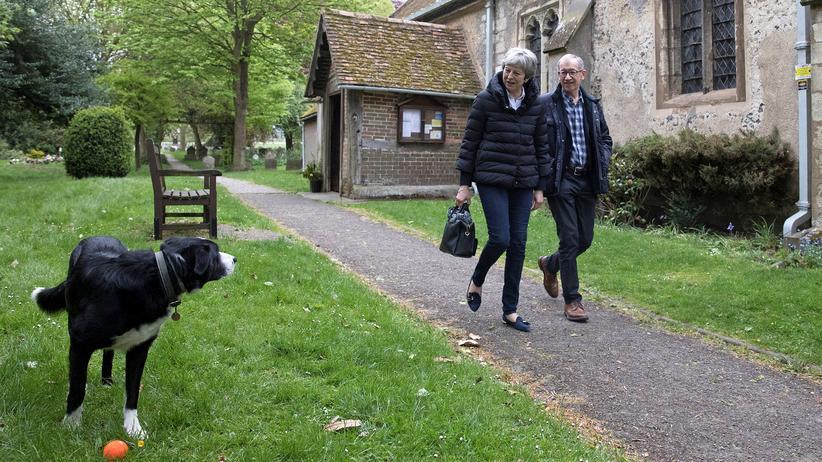 Großbritannien: Großbritanniens Premierministerin Theresa May und ihr Mann Philip nach dem Kirchgang