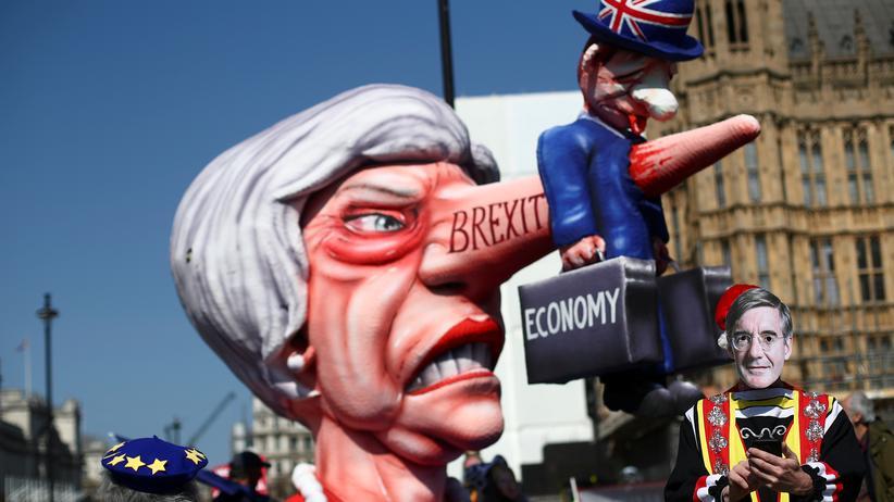 EU-Austritt: Ziel von Hohn und Spott – nicht nur bei den Demonstranten vor dem Parlament in London, die dort seit Wochen gegen den Austritt ihres Landes aus der EU protestieren.