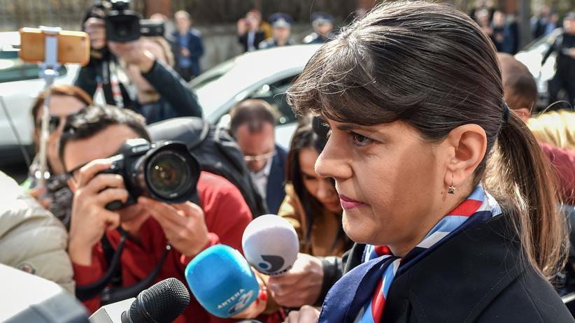 Laura Codruța Kövesi: Von Journalisten umringt: Laura Codruța Kövesi auf dem Weg zur Sonderermittlungsbehörde für Justizstraftaten, die schwere Vorwürfe gegen sie erhebt
