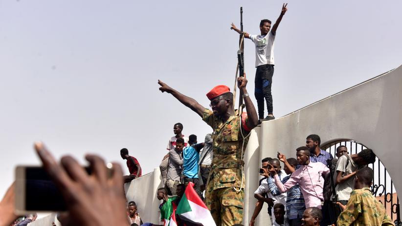 Militärputsch: Armee will abgesetzten Präsidenten im Sudan vor Gericht stellen