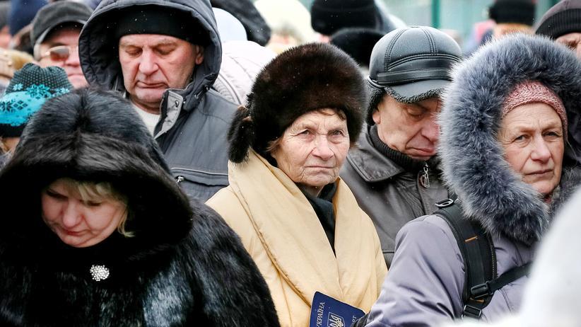 Wladimir Putin: Ukrainerinnen und Ukrainer bei einer Passkontrolle nahe den von Separatisten besetzen Gebieten im Osten des Landes
