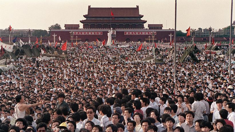 4.-Mai-Bewegung: Demonstranten auf dem Tiananmen-Platz in Peking, 2. Juni 1989. Im Hintergrund eine Nachbildung der US-amerikanischen Freiheitsstatue.