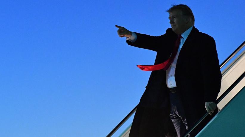 Russland-Ermittlungen: US-Präsident Donald Trump steigt auf dem Flughafen von El Paso in Texas aus der Air Force One.