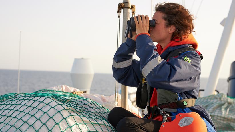 """Seenotrettung: Ein Crewmitglied an Bord des Rettungsschiffs """"Alan Kurdi"""""""