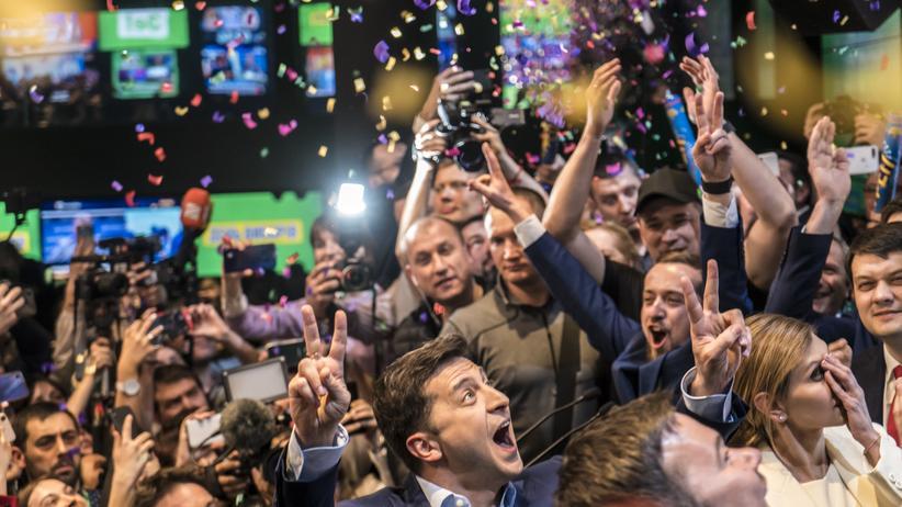 Ukraine-Wahl: Wolodymyr Selenskyj lässt sich am Wahlabend in Kiew von seinen Unterstützern feiern.