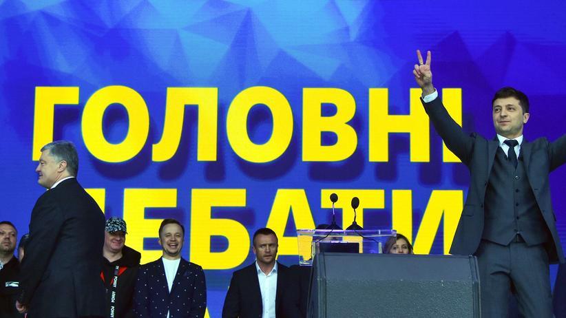 Ukraine: Petro Poroschenko (links) und Wolodymyr Selenskyj bei einer Debatte im Olympiastadion in Kiew