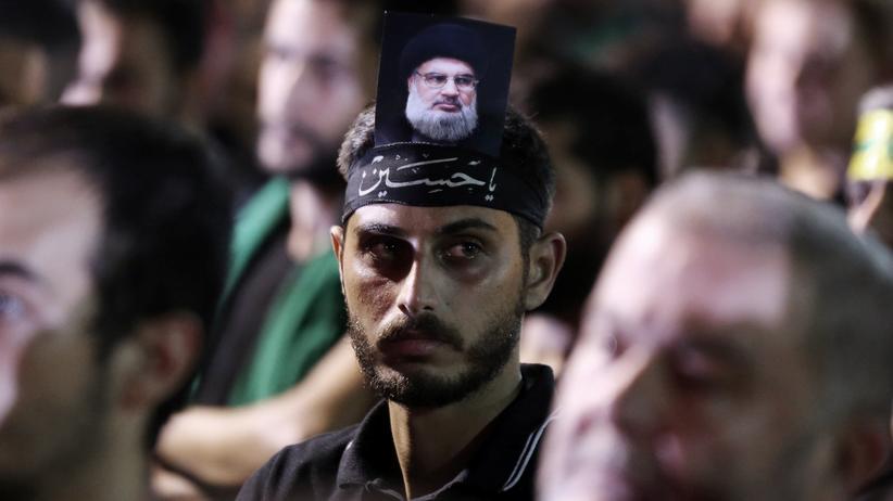 USA: Ein Unterstützer des libanesischhen Politikers und Hisbollah-Führers Hassan Nasrallah, dessen Bild er am Kopf trägt
