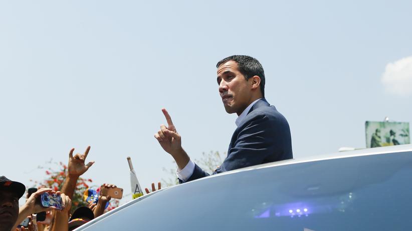 Venezuela: Jetzt droht ihm die Verhaftung und ein Prozess wegen Amtsanmaßung: Venezuelas selbst ernannter Interimspräsident Juan Guaidó (hier Mitte März während einer Kundgebung seiner Anhänger in Valencia).
