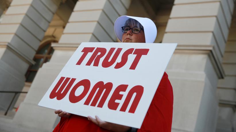 Brian Kemp: Eine Frau protestiert vor dem Georgia State Capitol in Atlanta gegen ein neues Gesetz, das schärfere Regelungen für Schwangerschaftsabbrüche vorsieht.