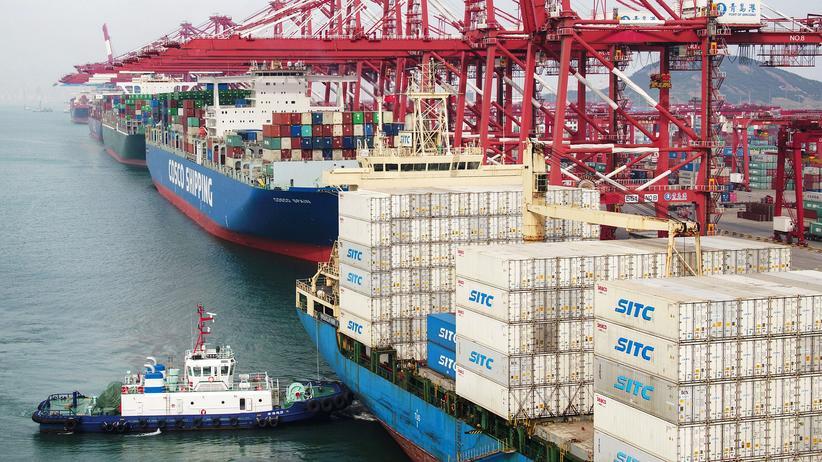 Handelsstreit: Frachtschiffe im Hafen von Qingdao in China
