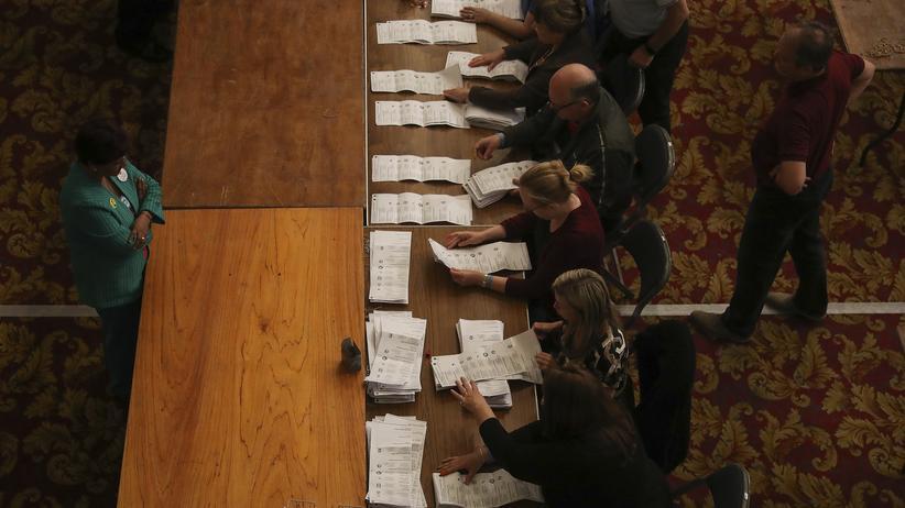 Brexit: Wahlbeobachter bei der Auszählung der Stimmettel in Southampton.