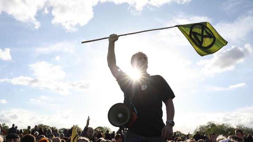 Großbritannien: Die Bewegung Extinction Rebellion macht mit Demos, Sitzblockaden und Protestcamps - mit denen sie den Verkehr in Londons Innenstadt lahmgelegte – auf sich aufmerksam.