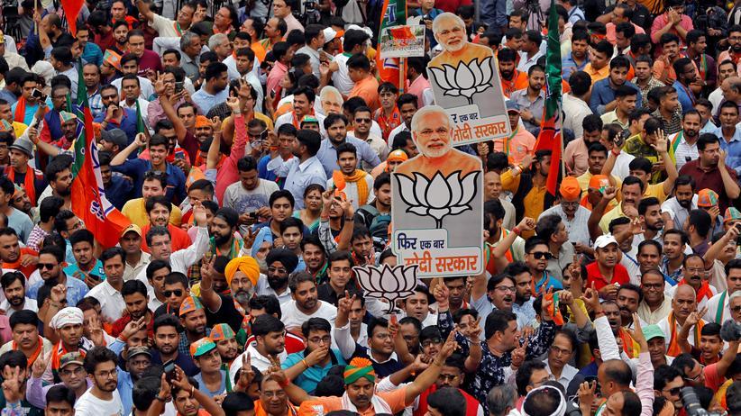 Indien: Anhänger der Regierungspartei Bharatiya Janata Party (BJP) feiern das Wahlergebnis.