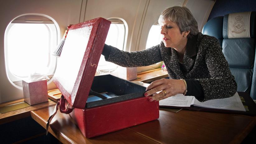 Internationale Presseschau: Premierministerin Theresa May im März 2018 in einem Flugzeug der Royal Air Force