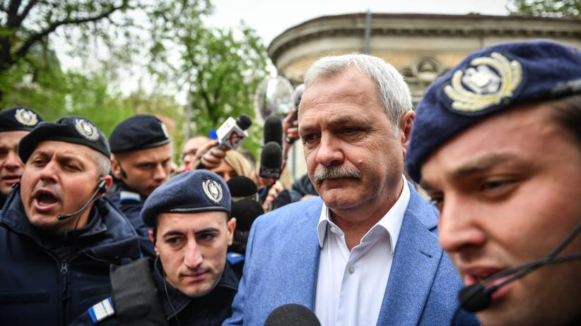 Rumänien: PSD-Chef Liviu Dragnea verlässt das Gebäude des Obersten Gerichts- und Kassationshofs (ICCJ) nach seiner letzten Aussage im Fall der Scheinbeschäftigungsaffäre, 15. April 2019.