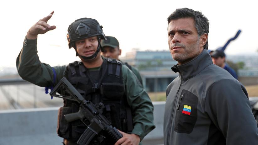 Leopoldo López: Oppositionschef Leopoldo López vor dem Militärstützpunkt La Carlota in Caracas.