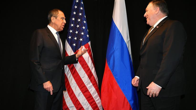 Mike Pompeo: US-Außenminister Mike Pompeo (rechts) und sein russischer Amtskollege Sergej Lawrow haben sich erst vor wenigen Tagen am Rande einer Sitzung des Arktischen Rates in Finnland zu einem bilateralen Gespräch getroffen.