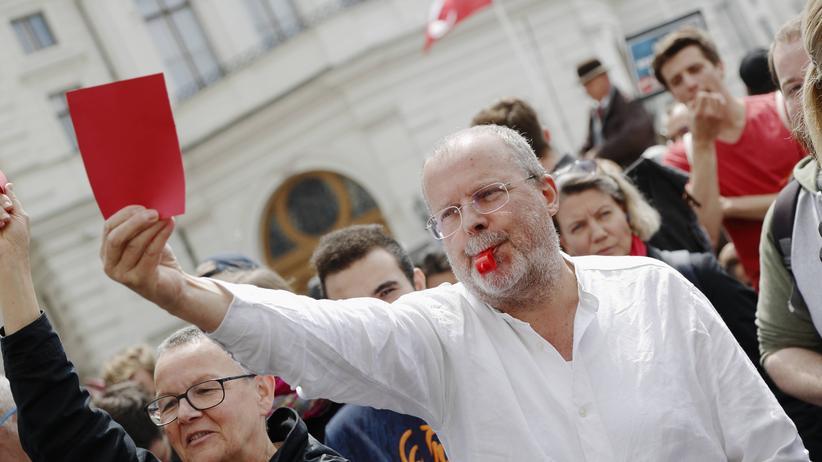 Reaktionen auf Strache: Demonstranten vor dem Vizekanzleramt in Wien