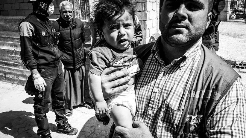 Syrien: Nach einem Bombenangriff in einem Dorf in der syrischen Provinz Idlib retten Helfer ein Baby aus den Trümmern.
