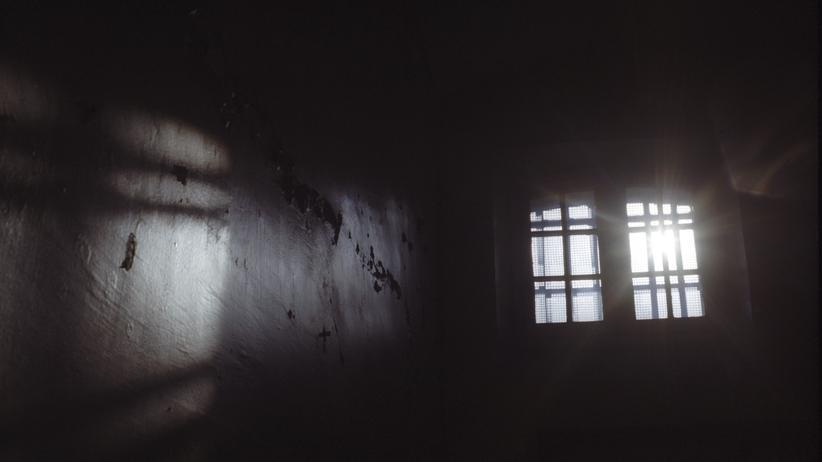 Terrorismus: Blick gen Himmel aus einer Zelle: In Tadschikistan sind viele Menschen bei einem Aufstand im Gefängnis gestorben.