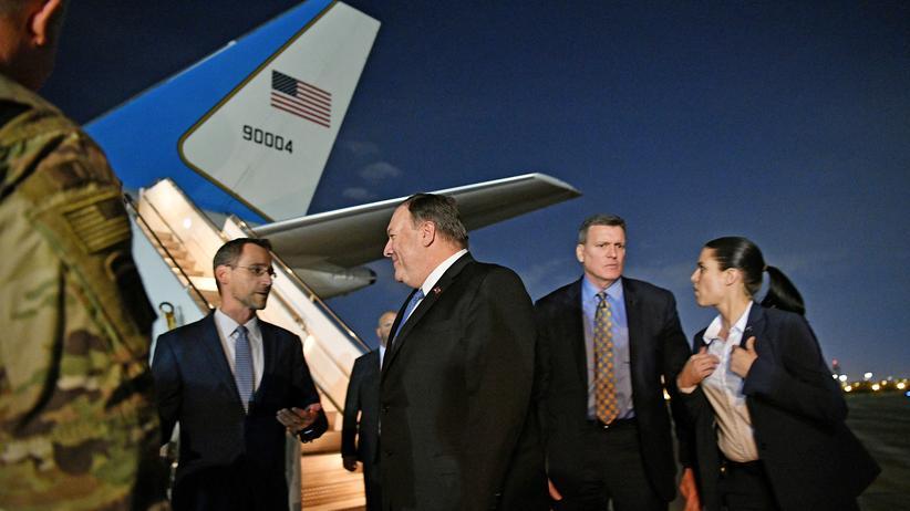 Iran-Konflikt : US-Außenminister Mike Pompeo spricht bei seinem Besuch im Irak mit US-Botschaftsmitarbeitern.