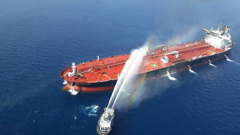 Öltanker: Ein iranisches Löschboot versucht, das Feuer auf dem norwegischen Frachter Front Altair unter Kontrolle zu bringen.