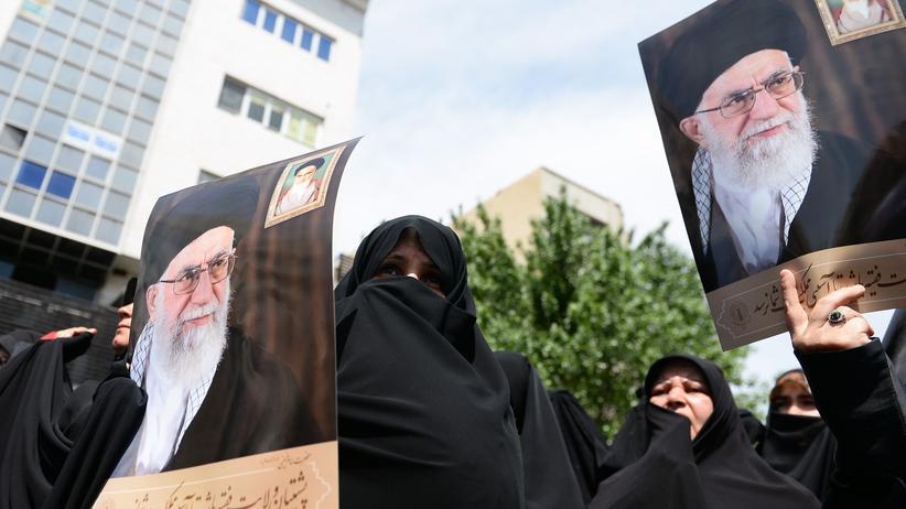 Atomkonflikt: Iraner versammeln sich während einer Demonstration, um die Entscheidung der iranischen Regierung zu unterstützen, aus dem Atomabkommen in Teheran auszusteigen.