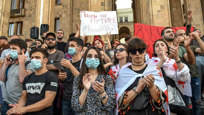 Tbilissi: Georgischer Parlamentspräsident tritt nach Massenprotesten zurück