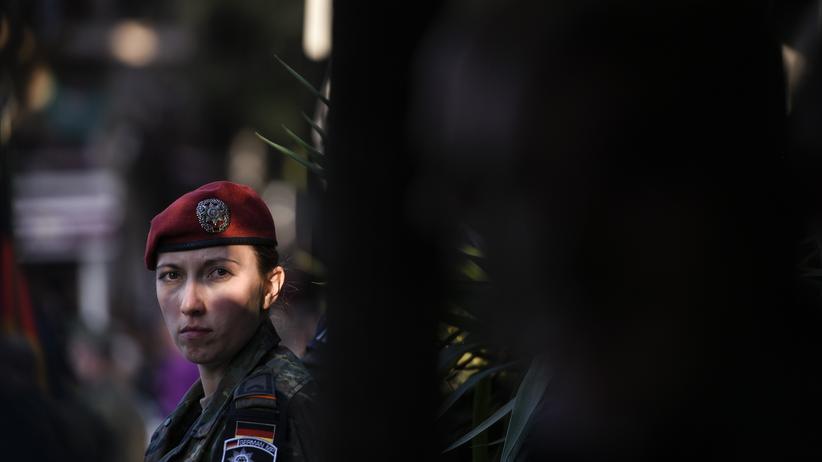 Deutsche Soldaten: Eine deutsche Militärpolizistin der KFOR in der Stadt Prizren im Kosovo