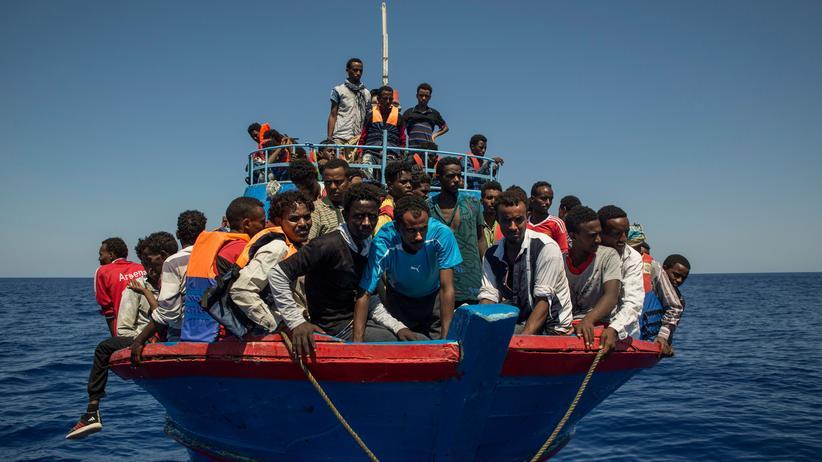 Flüchtlingspolitik: Migranten im August 2017 – 30 Seemeilen vor der libyschen Küste.