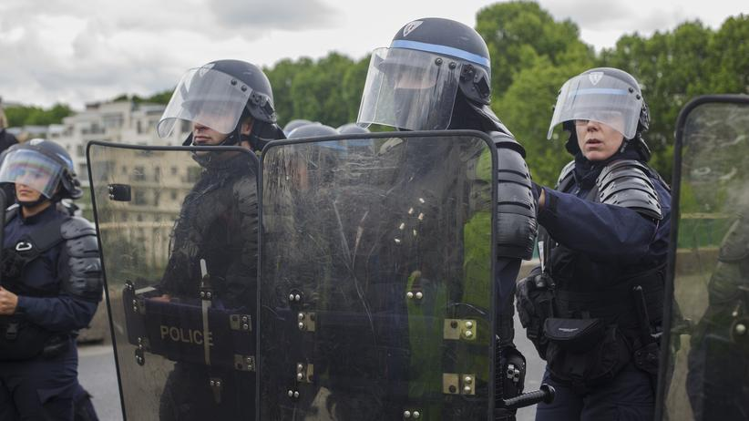 Polizeigewalt: Mit Gummigeschossen, Tränengas und Wasserwerfern
